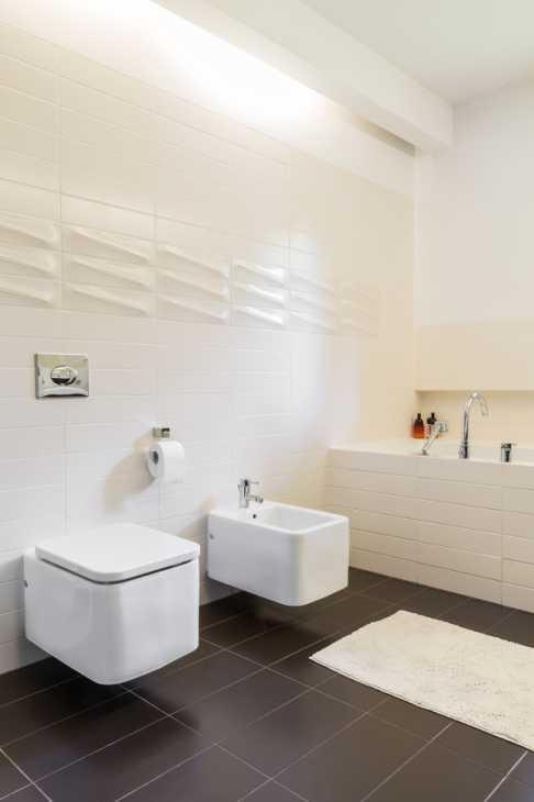 Ristrutturare il bagno: inserimento di sanitari sospesi