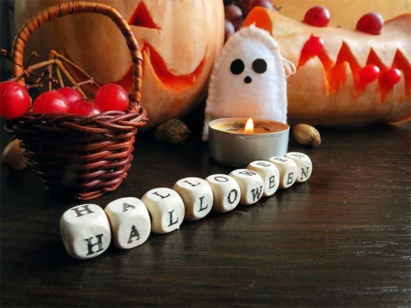 Halloween: scritta decorativa con i dadi