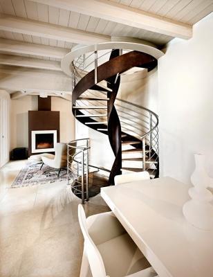Scala scultorea realizzata da Officine Sandrini
