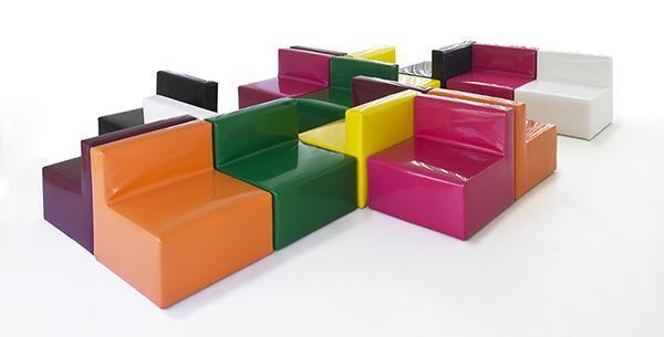 Soffici e coloratissime poltroncine da esterni in poliuretano di Materia Applicata.
