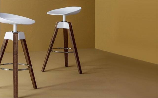 Sedute in poliuretano: sgabello Plumage di Bonaldo.