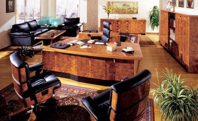 Ufficio direzionale arredato con radica e pelle nera di Ra Mobili