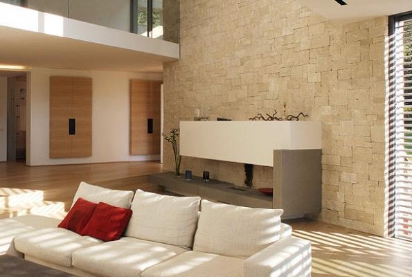 Salotto personalizzato con parete decorativa di Ecopietra