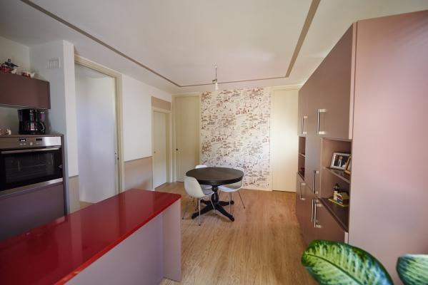 Cucina interna realizzata in legno Xlam da Sistem (foto di Pini Paride)