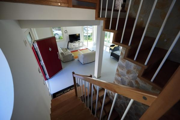 Scala interna realizzata in legno Xlam da Sistem, della casa ecologica Villa Monica  (foto di Pini Paride)
