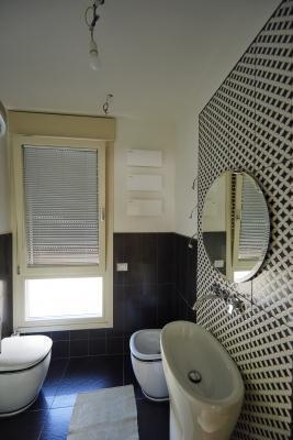 Bagno interno Villa Monica realizzata in legno Xlam da Sistem (foto di Pini Paride)