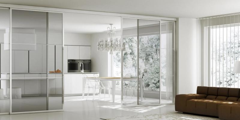 Cucina e soggiorno divisi da porte scorrevoli in vetro