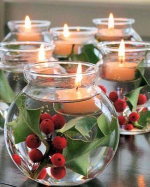 Centrotavola con agrifoglio e candele da Pinterest