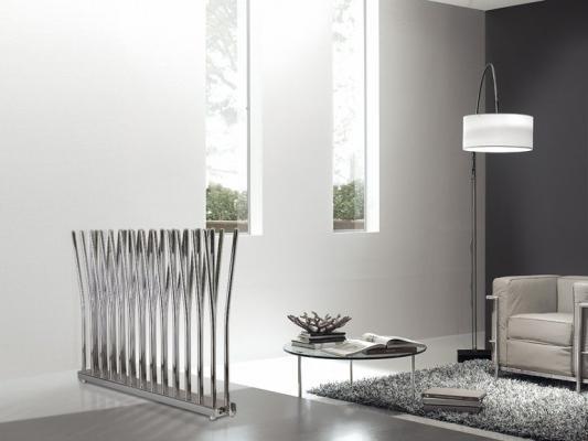 Un termoarredo che funge da divisorio ornamentale nel soggiorno