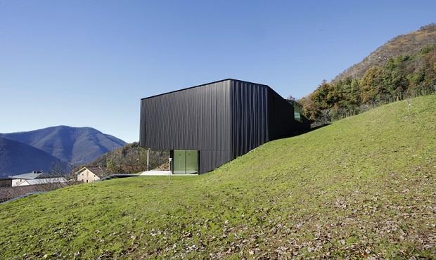 Alps Villa, un progetto sostenibile in rame  di Camillo Botticini Architetto , prospetto laterale