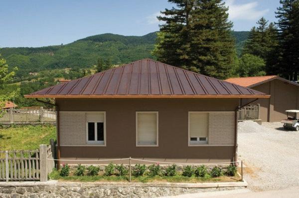 Tetto solare KME: è possibile integrare il tetto in rame con un collettore solare; i circuiti in rame scorrono sotto il manto di copertura, evitando così superfici vetrate (foto: KME)