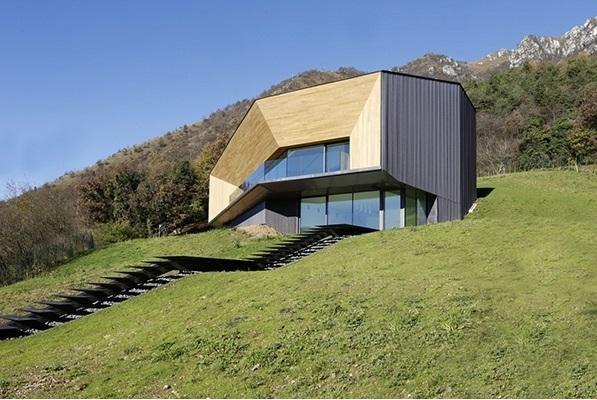 Alps Villa, in provincia di Lumezzane, progettata da Camillo Botticini Architetto. Ha una copertura in rame ossidato ed è finalista al concorso Copper in Architecture 2015 (foto: Nicolo Galeazzi)