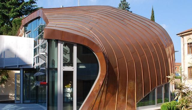 Il rame può essere facilmente piegato e lavorato per seguire i profili immaginati dagli architetti: è il caso dell?Urban Center di Thiene (VI)