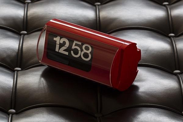 Orologio a palette Cifra 3 rosso in ambiente da Solari Linea Design