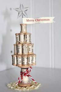 Mini albero di Natale con rocchetti di mayaroad.typepad.com.