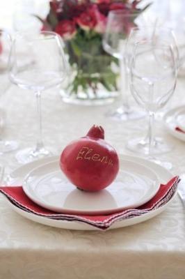 Melograno come segnaposto in tavola a Natale