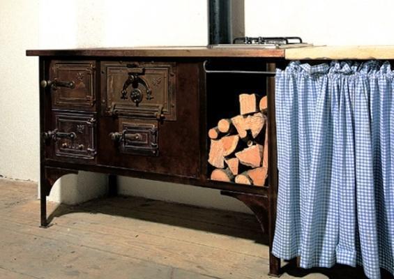 Cucina a legna old style con legnaia, by Progetto Fuoco