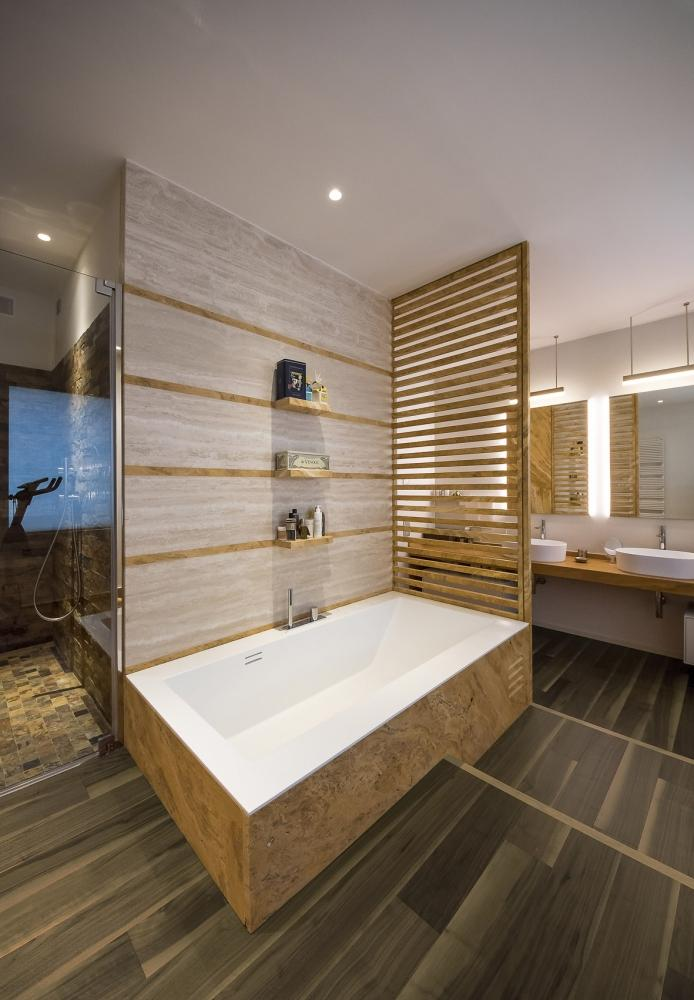 Foto parquet in noce americano anche in bagno e cucina - Parquet per cucina e bagno ...