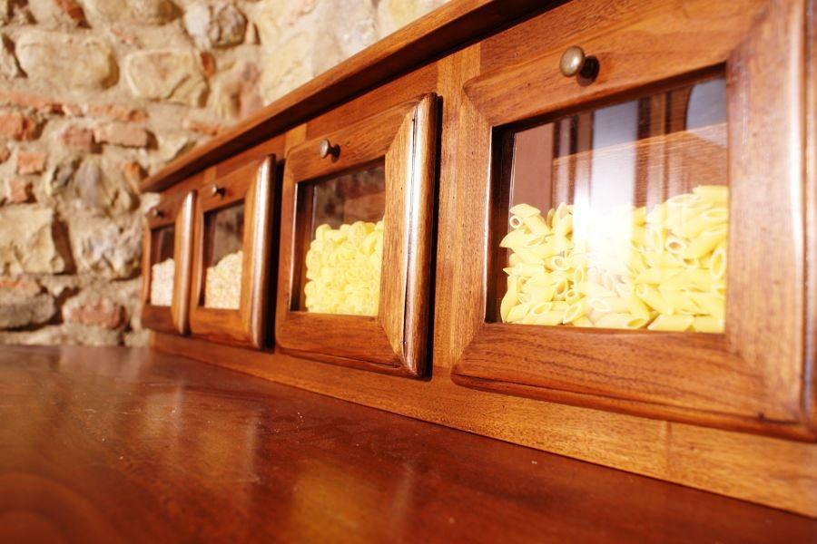 Particolare dispense a vetro della madia da cucina realizzata da Lapi