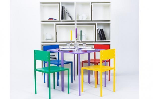 As If From Nowhere della designer Orla Reynolds: libreria, tavolo e quattro sedie.