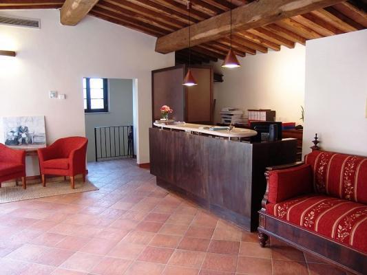 Reception per bed & breakfast con soffitto ligneo: realizzazione O.M.I.F.