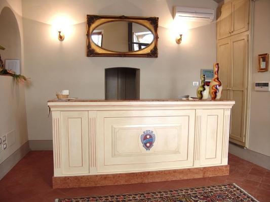 Banco reception stile classico per bed & breakfast, by O.M.I.F.