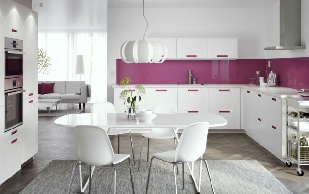Arredare cucina Ikea bianca e rosa
