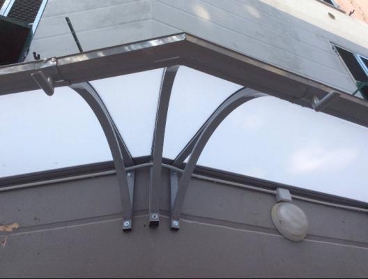 Dettaglio angolatura pensilina esterna in acciaio