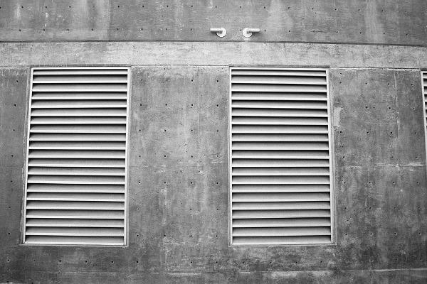 Parete in calcestruzzo con serrandine di ventilazione