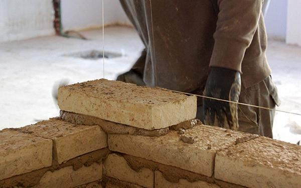 Argilla cruda, costruzione di un muro con adobe e MaltaTerra di Matteo Brioni.
