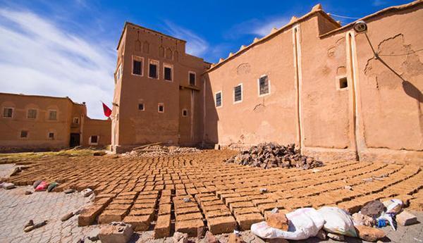 Argilla cruda realizzazione di mattoni in Marocco.