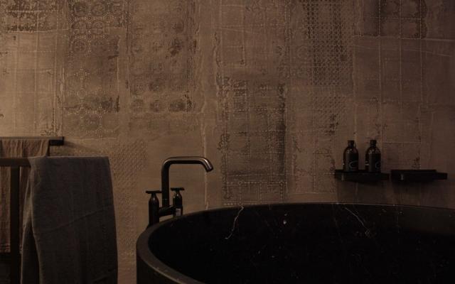 Rivestimento decorato in terra cruda TerraBase di Matteo Brioni.
