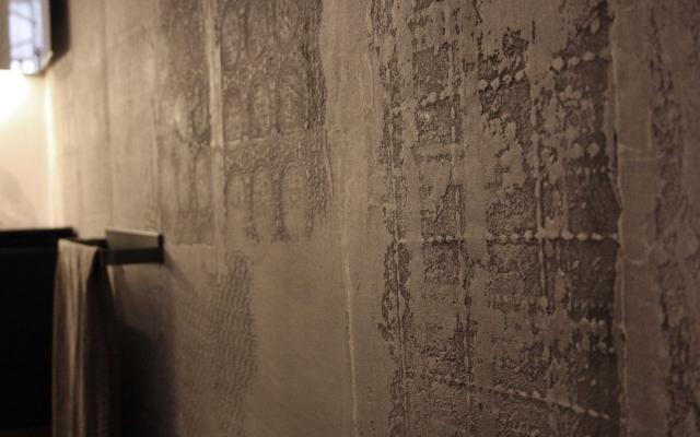 Particolare del rivestimento decorato in terra cruda TerraBase di Matteo Brioni.