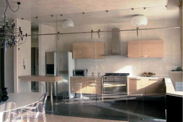 Separare cucina e living, con ante tutto vetro by Cetos