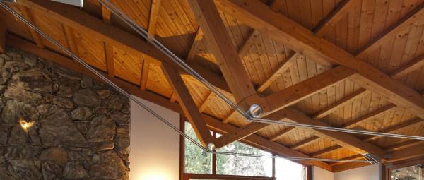 Tetto a una falda con travi reticolari in legno e acciaio realizzato da Prolegno.