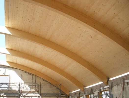 Tetto in legno lamellare con profilo curvo realizzato da Proholz Emilia