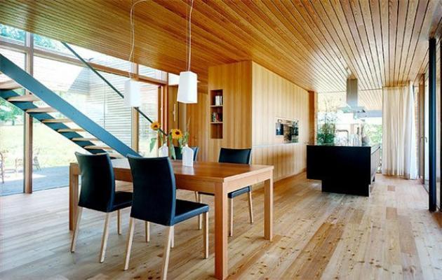Interno domestico con pavimenti e rivestimenti in legno, di Prolegno