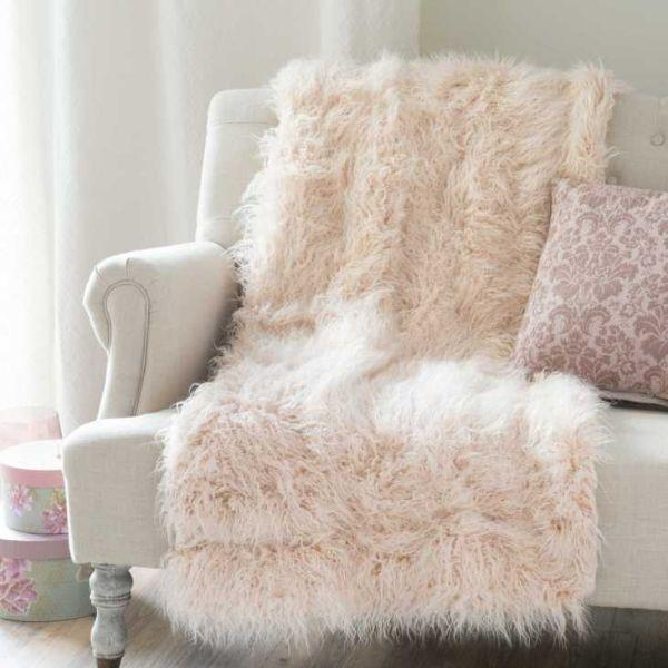 Complementi d'arredo stile Hygge: coperta in similpelliccia rosa di Maisons du Monde