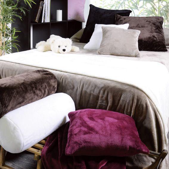 Camera da letto stile Hygge, cuscini in caldo pile colorati di Eminza.it