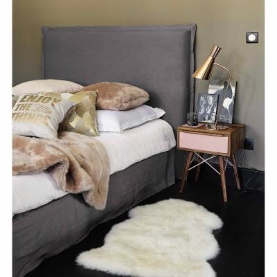 Elementi in tessuto stile Hygge, Coperta beige in simil pelliccia di Maisons du Monde