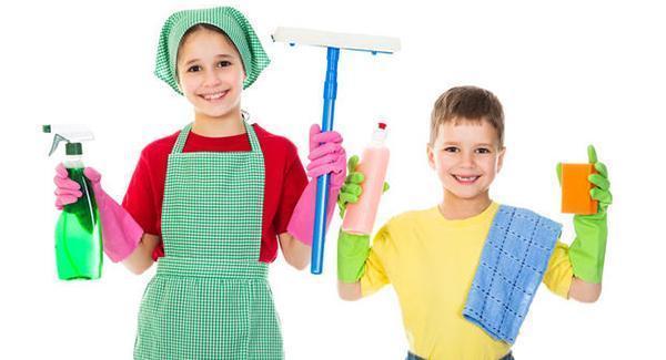 Guanti impermeabili durante le pulizie di casa