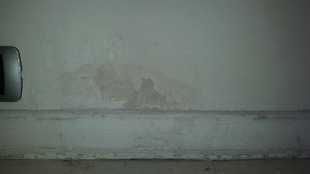 Segni dell'umidità di risalita, rigonfiamenti e distacchi di intonaco e pittura