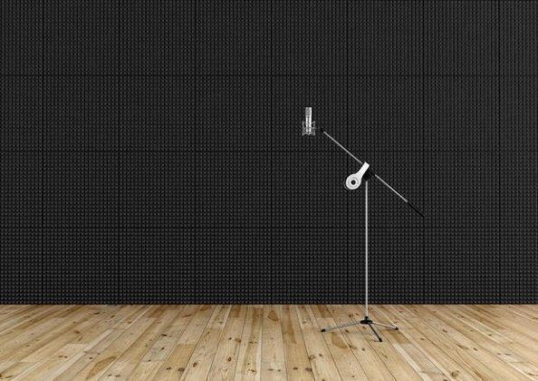 Isolamento acustico in casa, sala di ripresa con parete rivestita in spugna poliuretanica e pavimento in listoni di legno
