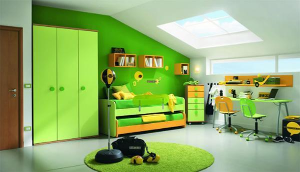 Arredare sottotetto basso in verde di Max Camerette