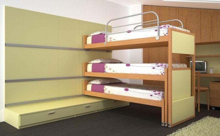 Camera tripla in mansardata con mobili Young di Diotti A&F: letti scorrevoli salvaspazio