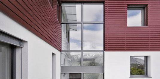 Infissi Top 90 KAB di Finstral su un edificio contemporaneo