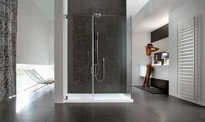 Bagno con box doccia su parete color grigio antracite, firmato Disenia