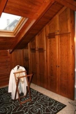 Camera in mansarda:particolare armadio legno by Ilardi