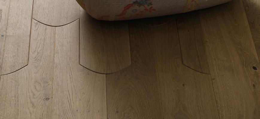 Parquet prefinito legno massello, particolare del pavimento Bisquit di Listone Giordano, concept di Patricia Urquiola