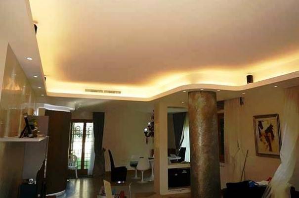Salone classico con luce diffusa perimetrale al soffitto, by SICOIN